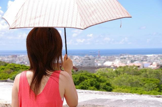 日傘で紫外線対策するのに一番効果的な色とさし方知ってる?